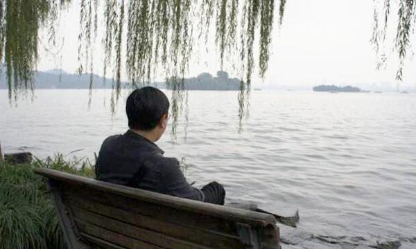 Sai lầm trong nuôi dạy con khiến vợ chồng ly hôn, người đàn ông cô độc. Ảnh: QQ.