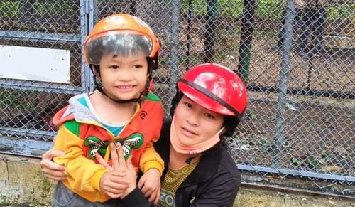 Bé Phạm Nguyên Hào lúc hơn 5 tuổi. Trước khi mất tích, bé mặc áo thun màu xanh, có in hình máy bay, quần đùi màu cam. Ảnh: P.H.