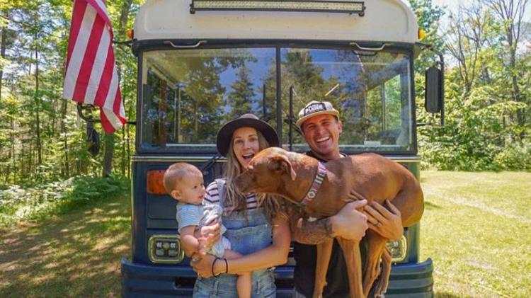 Will và Kristin Watson hiện đang sống trên xe buýt với con gái Roam và chú chó cưng Rush. Ảnh: MDWfeatures / Will Watson.