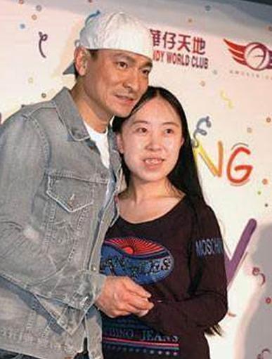 Dương Lệ Quyên chụp ảnh cùng Lưu Đức Hoa năm 2007. Ảnh: Asiaone.