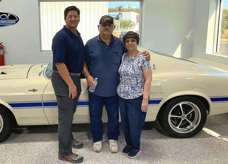 Ông Quinones (trái) và vợ chồng người thợ máy Brigas. Ảnh:Rudy Quinones.