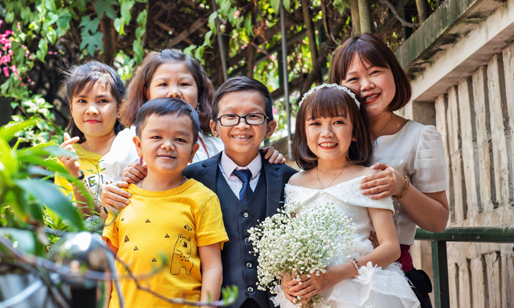 Nhiều đồng nghiệp tí hontại trung tâm Nghị lực sống đến dự đám cưới của hai người. Ảnh: Nguyễn Tiến Dũng.
