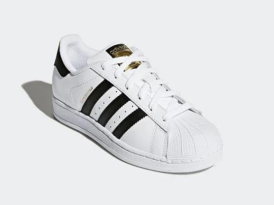 Adidas Superstar có thiết kế cơ bản, 3 sọc đen truyền thống của hãng, thường lọt vào các bảng xếp hạng giày thể thao được yêu thích qua nhiều năm. Gam màu đen trắng đơn giản, dễ phối với nhiều kiểu trang phục. Phần đếgiàythiết kế bằng, cao3 cm, đem lại cảm giác nâng đỡ đôi chân,thăng bằng tốt. Thân giày ôm gọn bàn chân. Phần lót chống trơn tạo cảm giác vững chãi khi bước đi. AdidasSuperstar dễ làmsạch và bảo quản.Bộ lót Ortholite tạo cảm giácthông thoáng cho bàn chân, giúp người mang thoải mái vận động. Giá cho sản phẩm này trên Shop VnExpress là 2,015 triệu đồng, ưu đãi 33% so với giá gốc.