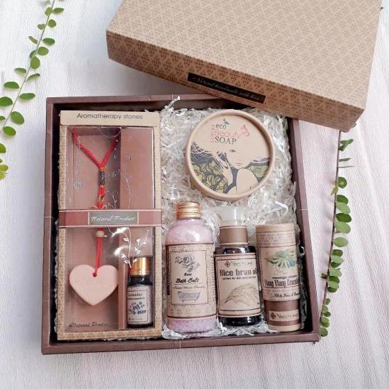 Hộp quà tặng gồm những sản phẩm thiên nhiên tốt cho sức khỏe hiện có giá ưu đãi trên Shop VnExpress là 1,045 triệu đồng với 6 loại khác nhau, mang nhiều công dụng.