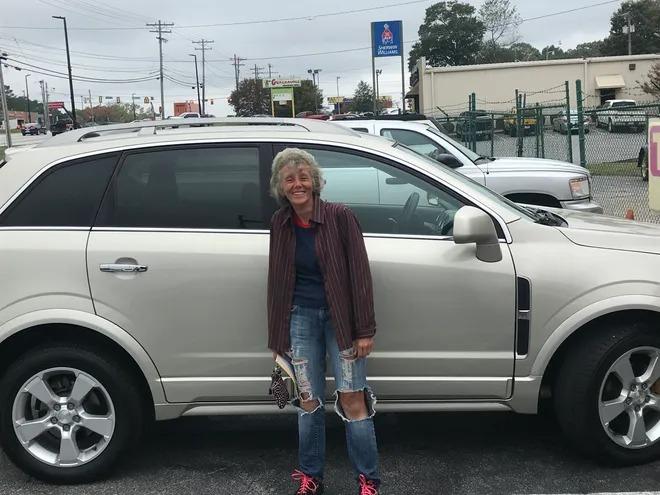 Bà Quinn vui mừng khi được tặng xe hơi. Ảnh:Lewis.
