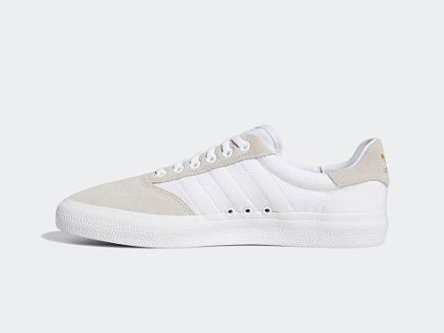 Với 3 lỗ thoáng khí ở thân giày, giày Adidas 3MC VULC tạo sự thoải mái cho người mang. Chất liệu da lộn cao cấp. 3 sọc trắng thiết kế in chìm, trùng màu trắng với thân giày. Phom giày thon, không quá thô, thích hợp phối với nhiều loại trang phục từ quần tây, jeans đến quần lửng. Giá cho sản phẩm này trên Shop VnExpress là 1,28 triệu đồng.