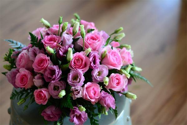 Học trò thường chọn hoa tươi làm quà tặng thầy cô dịp 20/11.