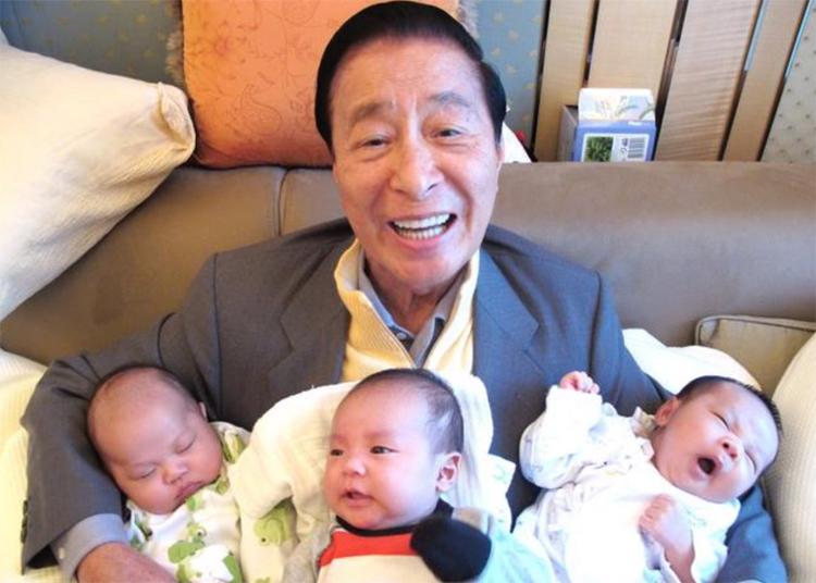 Tỷ phú Lý Triệu Cơ hạnh phúc bên 3 cháu trai - con của Lý Gia Kiệt. Ảnh: sohu.