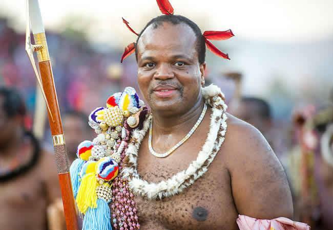 VuaMswati bị lên án vì ăn chơi xa xỉ và bắt cóc trinh nữ làm vợ. Vị vua này còn đổi tên đất nước nhân sinh nhật 50 tuổi của mình, từng ra đạo luật trinh tiết trong 5 nămnhưng chính ông vi phạm vì khiến một trinh nữmang bầu, phải chịuphạt một con bò. Ảnh: Classic105.