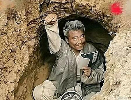 Tai bỏ lên núi sống vì mê truyện Kim Dung. Ảnh: Sina.