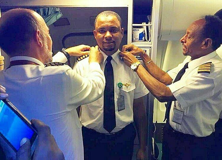 Abubakar (giữa) được phong làm cơ trưởng vào tháng 7/2018. Ảnh: TwitterAzman Air.