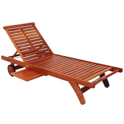 Giường làm từ chất liệu gỗ dầu chuyên dụng ngoài trời.