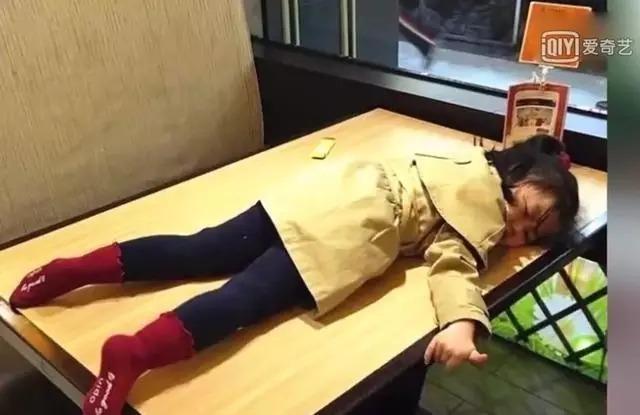 Thôi Nhã Hàm mệt mỏi nằm lăn trên bàn trong một buổi ghi hình. Ảnh: Sohu.