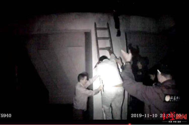 Cảnh sát thuyết phục Wang từ bỏ ý định tự tử và đưa anh này rời sân thượng tầng 33. Ảnh: Sohu.