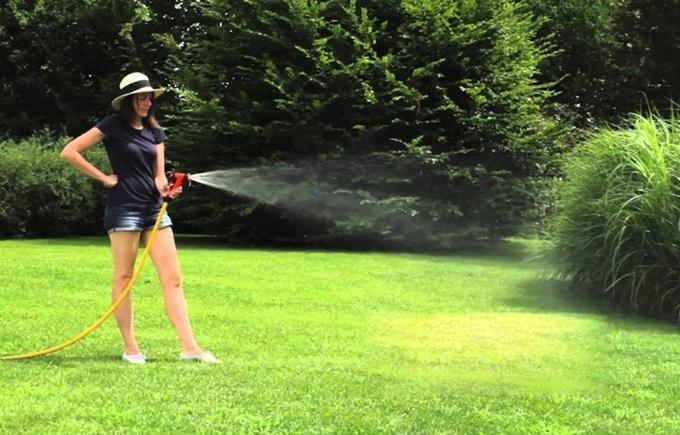 Vòi phun tưới cây 4 chế độ Ergo Graden Claber gồm: phun sương cho hoa; tưới cây, xả nước vào thùng và xịt rửa sân, xe. Sản phẩm có thiết kế nhỏ gọn, chắc chắn và dễ sử dụng. Các chi tiết của vòi phun được thiết kế vừa kít với nhau tạo ra hệ thống vòi tưới kín mà không lãng phí nước ra ngoài. Tay cầm thoải mái cho phép gia chủ điều chỉnh tốc độ dòng chảy bất cứ lúc nào để đáp ứng tất cả nhu cầu tưới tiêu.