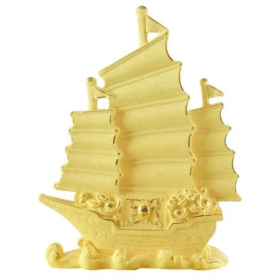Thuyền buồm Kim Bảo Phúc làm bằng đồng đúc rỗng, phủ vàng 24K của DOJI đang ưu đãi 20% trên Shop VnExpress, giảm giá còn 1,184 triệu đồng. Từ sức vươn mạnh mẽ vượt qua sóng to biển lớn, hình ảnh chiếc thuyền căng buồm no gió được liên tưởng tới việc thuận lợi trong buôn bán, kinh doanh, mang lại tấn tài tấn lộc cho người sở hữu. Tượng Thuyền buồm (Nhất phàm phong thuận) được đặt trên bàn làm việc hoặc gần cửa lối ra vào giúp chủ nhân đón nhận nhiều may mắn, vạn sự như ý.