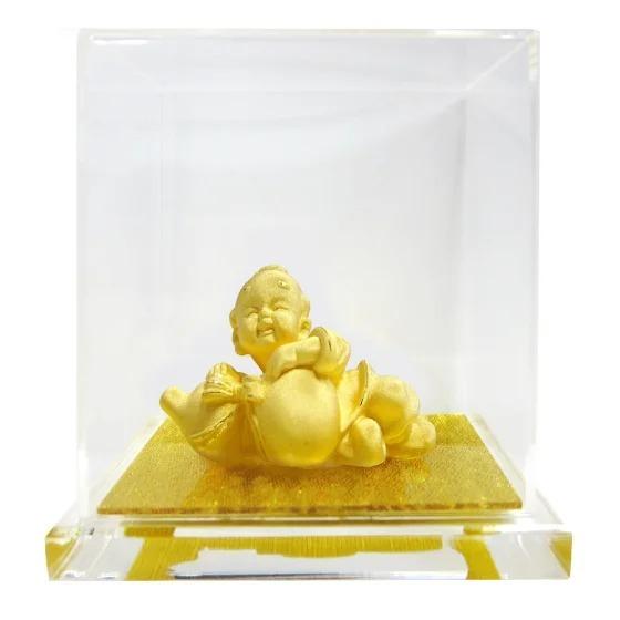Tượng vàng Hạnh phúc bình an với hình ảnh đứa trẻ miệng cười tươi, thể hiện mong ước và tâm tư trong việc đem nụ cười vàođời. Trưng bày trong nhà, đây được coi là biểu tượng cho sự an lạc, vui vẻ, may mắn và hạnh phúc. Sản phẩm được phủ vàng 24K, đặt trong hộp kính, có giá bán trên Shop VnExpress là 1,168 triệu đồng, giảm 20%.