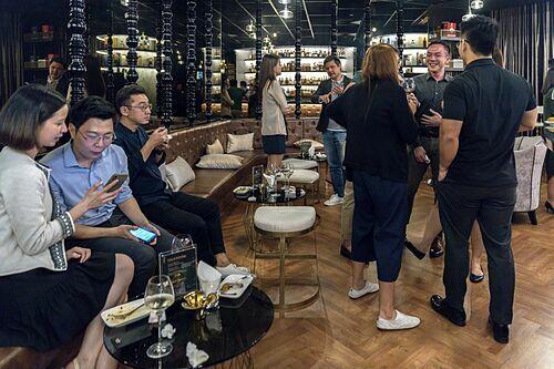 Những người thừa kế châu Á thực tập xây dựng mối quan hệ trong một quán bar dành riêng cho tầng lớp thượng lưu ở Singapore. Ảnh: Ore Huiying/Bloomberg.