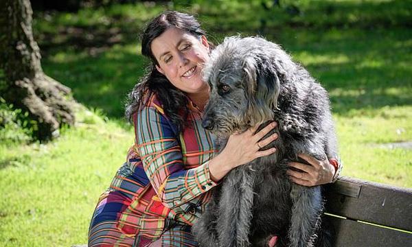 Zena giờ đây không còn nhìn thấy gì, khiến cô gặp khó khăn đi lại nên cần một chú chó dẫn đường. Ảnh: The Sun.
