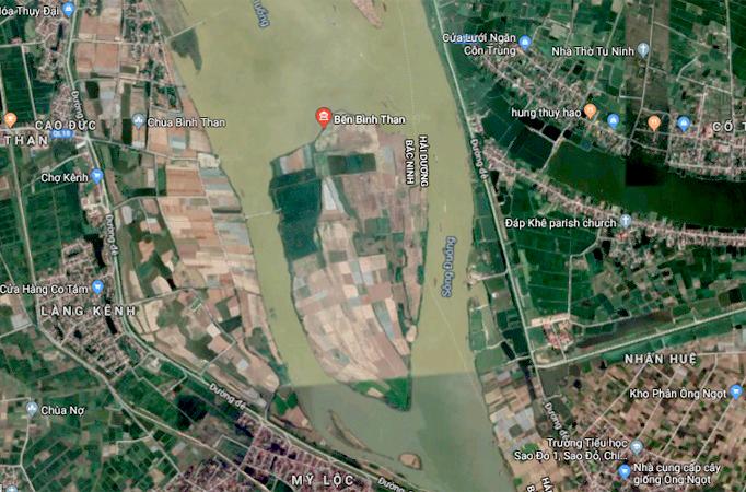 BãiNguyệt Bàn nhìn từ bản đồ vệ tinh, nằm giữa hai nhánh của sông Đuống và sông Thái Bình, là nơi giáp ranh giữa Bắc Ninh và Hải Dương. Diện tích hợp tác xã của gia đình anh Linh chiếm một nửa bãi này.