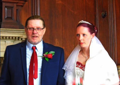 Victoria và Len trong ngày cưới của họ. Ảnh: Hotspot Media.