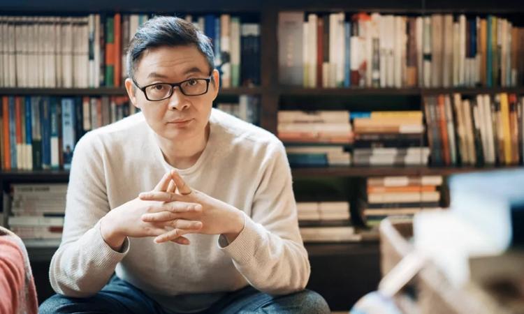 Nhà văn Mai Gia là nhà văn nổi tiếng Trung Quốc, hiện ông là Chủ tịch hội nhà văn tỉnh Chiết Giang. Ảnh: jfdaily.
