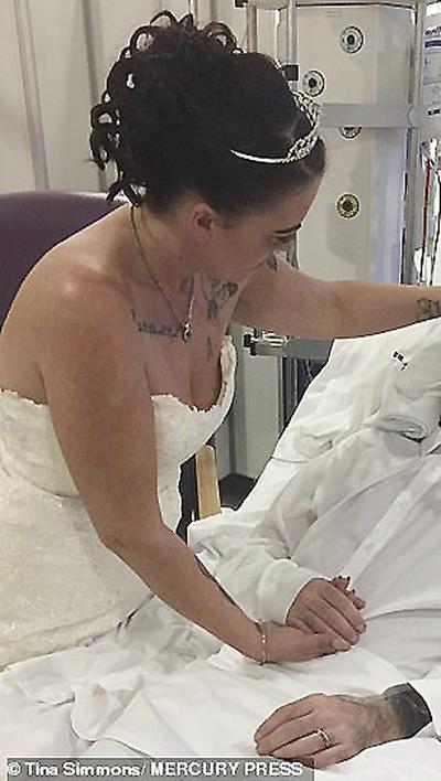 Tina và chồng trong ngày cưới tại bệnh viện. Ảnh: Tina Dimmons/Mercury press.