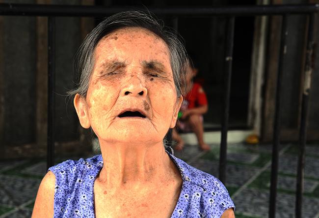 Cụ Nguyễn Thị Mịch bị mù lòa lúc 3 tuổi. Ảnh: Đắc Thành.