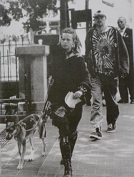 Một bức ảnh trong bộ ảnh Thực trạng nước Mỹ của nhiếp ảnh gia Quang Phùng. Để chụp được người vô gia cư này, ôngđã bị nhân vật đe dọa bằng vũ khí và chú chó bên cạnh.