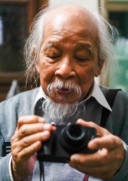 Ông Phùng biết nhiều loại máy ảnh trên thế giới, kể cả những mẫu mới lẫn đồ cổ. Ảnh: Trọng Nghĩa.
