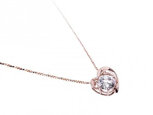 Mặt dây chuyền vàng hồng đính đá DOJI làm từ vàng 14K có giá trên Shop VnExpress là 1,555 triệu đồng, ưu đãi 15% so với giá gốc. Sản phẩm được gắn đá SWA cao cấp. Phần khung vàng 14Kmô phỏng hình dáng trái tim kèm theo viên đá trắng ở giữa, tạo điểm nhấn cho mặt dây. Thiết kế itnh tế, trang nhã, góp phần tăng sự sang trọng và thể hiện khí chất của người đeo.