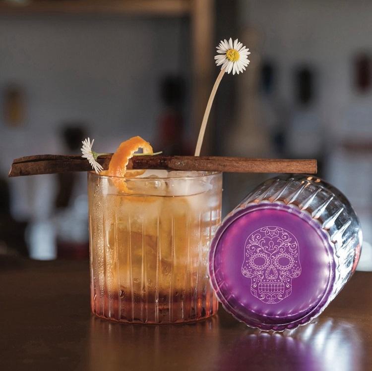 Bộ 2 ly thấp pha lê RCR Pedro & Rosa có dung tích 360 ml mỗi ly. Chất liệu pha lê trong suốt với những giác cắt tinh tế, tạo cảm giác sang trọng và ngon miệng khi dùng chứa thức uống. Thành ly dày, chịu lực tốt, có thể chứa thức uống nóng. Đáy ly khắc họa tiết hoa lạ mắt. Bộ ly gồm hai sản phẩm, một ly màu hồng tím, một ly màu vàng cam, góp phần tô điểm cho không gian phòng bếp, bàn ăn thêm phần bắt mắt. Giá sản phẩm trên Shop VnExpress là 597.000 đồng.