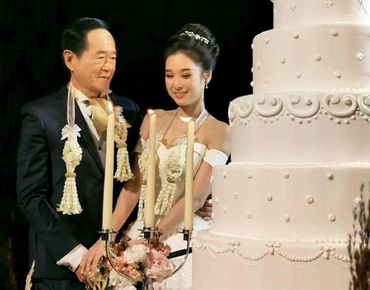 Chú rể 67 tuổi mới chịu lấy vợ. Ảnh: Sanook.