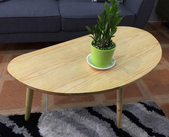 Mặt bàn hình bầu dục, kích thước 100 x 50 cm được làm từ gỗ MDF lõi xanh chống ẩm, chân bàn thnh mảnh làm từ gỗ thông Newzealand. Kết hợp với sofa, bàn trà GK17 giúp không gian phòng khách có được cảm giác hiện đại và tinh tế. Sản phẩm có giá niêm yết 3 triệu đồng, đang giảm 50% còn 1,5 triệu đồng.