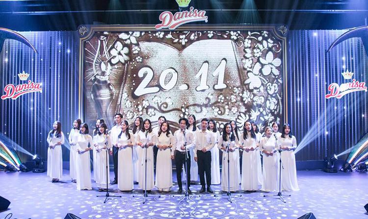 Hơn 20sinh viên trình bày ca khúc về công ơn củangười thầy.