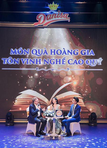 Hồng Nhung giao lưu cùng ông Troels Jakobsen - Tham tán thương mại Đại sứ quán Đan Mạch tại Việt Nam trong đêm nhạc.