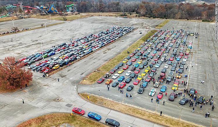 Hàng nghìn ôtô thể thao tập trung đưa tiễn Alec. Ảnh: CNN.