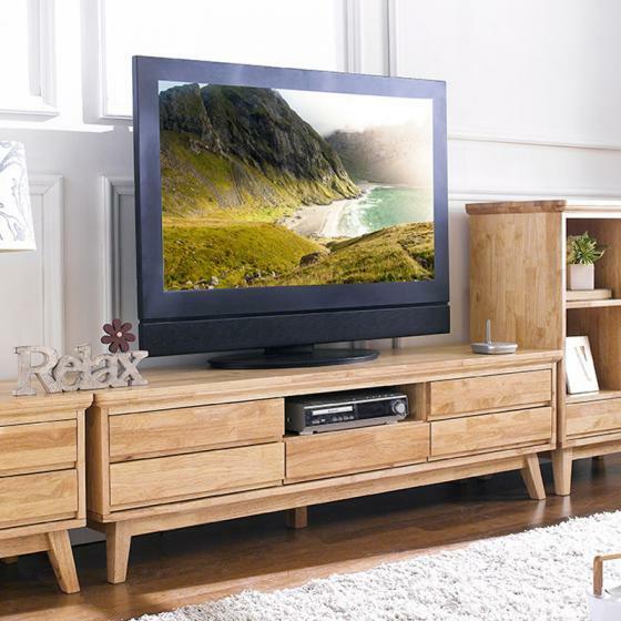 Tủ được chế tác từ chất liệu gỗ cao su loại A đã qua xử lý, thiết kế theo phong cách Hàn quốc hiện đại. Kích thước 160 x 42 x 45, tủ phù hợp với TV màn ảnh rộng và không gian phòng khách theo phong cách hiện đại. Năm ngăn kéo rộng rãi đáp ứng nhu cầu lưu trữ các đồ dùng phòng khách gọn gàng. Ngoài ra còn có một kệ mở thích hợp để đầu DVD, hộp cáp, phía sau là cổng để luồn dây điện. Sản phẩm đang được giảm 35%, hiện bán với giá 6,79 triệu đồng.