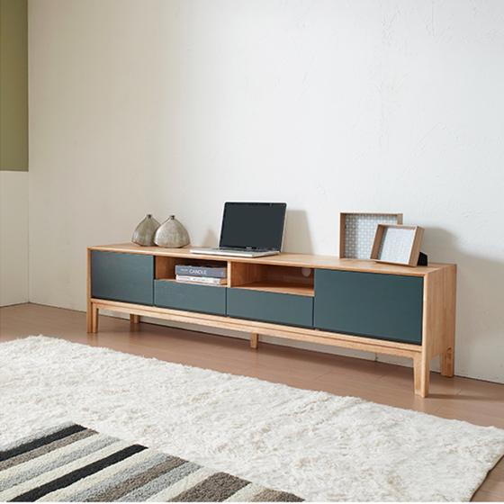 Với kích thước D180xR42xC47, tủ có thể được sử dụng tại phòng khách hay phòng làm việc hoặc kể cả phòng ngủ để trưng bày tivi, những cuốn sách yêu thích của bạn ở trên nóc tủ và các ngăn hở. Các ngăn tủ có cánh và ngăn kéo tủ sẽ là nơi lưu trữ gọn gàng vật dụng mà bạn cần che khuất.  Tủ tivi Poppy gỗ cao su sơn xanh 1m8 được chế tác từ 100% gỗ cao su loại A đã qua xử lý và được phủ sơn PU 2 lớp lót, 1 lớp bóng, chống trày xước tốt. Sản phẩm đang được giảm 35%, còn 6,19 triệu đồng.