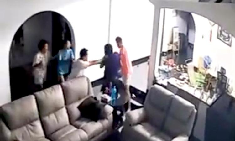 Gia đình với 4 thành viên hợp sức chống lại 2 tên trộm có vũ khí. Ảnh: Sinchew.