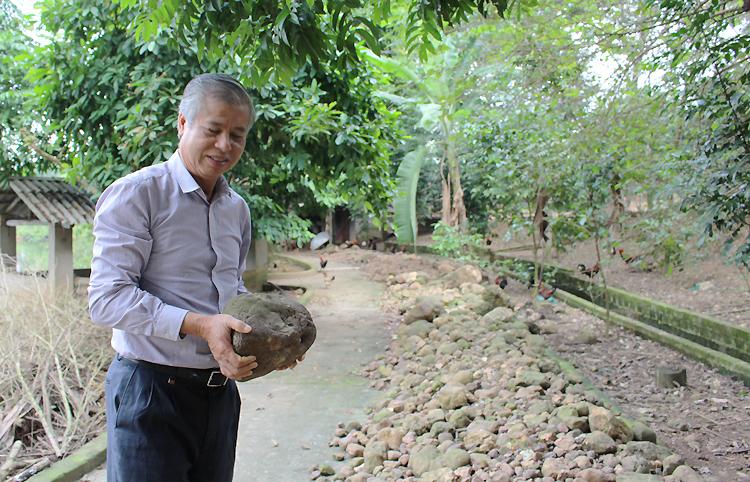 Một phần khối đá sỏi được quật lên trong quá trình cải tạo đồi hoang nhà ông Nhung. Ảnh: Phạm Nga.