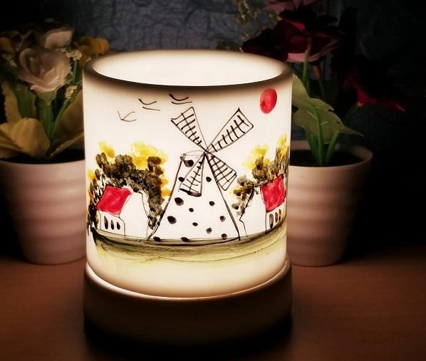 Đèn xông tinh dầu từ gốm Bát Tràng được tặng kèm tặng kèm tinh dầu sả chanh 10 ml và một bóng đèn dự phòng khi mua trên Shop VnExpress.