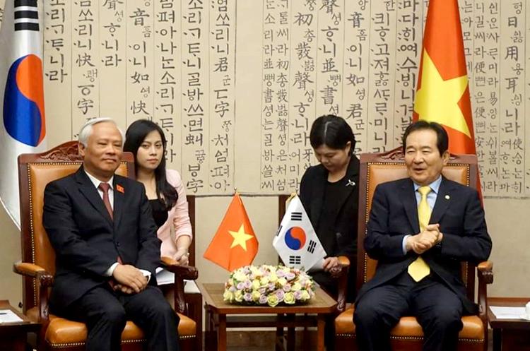 Minh Phương (áo hồng) phiên dịch trong cuộc gặp giữa Phó Chủ tịch Quốc hội Việt Nam Uông Chu Lưu và Phó Chủ tich Quốc hội Hàn Quốc Park Ju-seon, tháng 6/2017. Ảnh: N.P.
