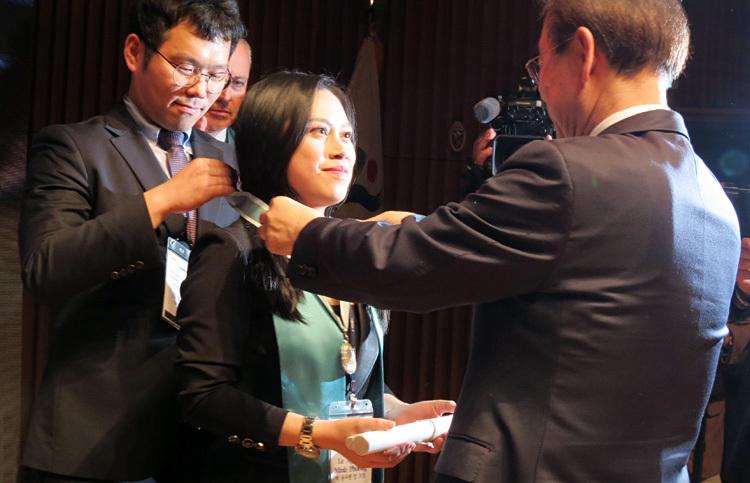 Minh Phương được thị trưởng thành phố Seoul trao kỷ niệm chương Công dân danh dự Seoul. Ảnh: L.P.
