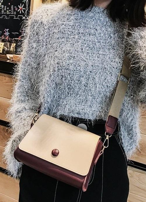 Túi đeo nữ Vanoca VN133 có quai xách bền chắc cùng kiểu dáng hình chữ nhật ngang, vừa cổ điển, vừa hiện đại. Sản phẩm được làm từ chất liệu da cao cấp, mềm mại nhưng vẫn giữ được from túi khi đeo. Sản phẩm đang lọt top bán chạy trên Shop VnExpress.
