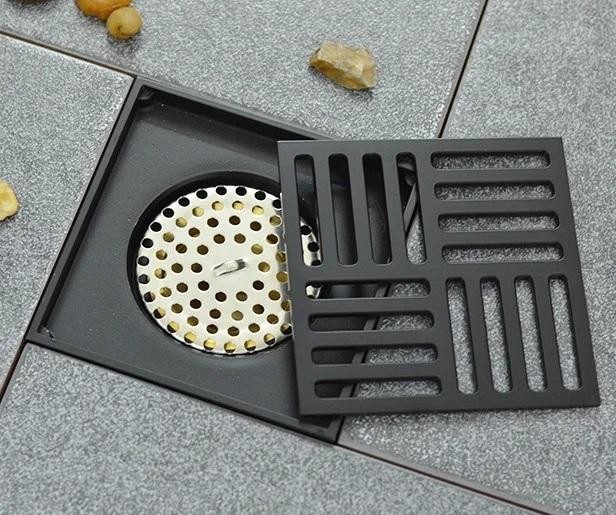 Thoát sàn chống mùi Black series Zento ZT572-1B thiết kế màu đen cùng họa tiết đơn giản,góp phần tạo không gian sang trọng cho phong tắm gia đình. Sản phẩm kết cấuđọng lại nước trong đường ống để chống mùi hôi,côn trùng.Có hai lớp lọc ngăn tóc, rác... lọt xuống làm tắc đường thoát nước. Thoát sàn làm từ chất liệu hợp kim đồng không bị gỉ sét, chịu được lực tác động bề mặt lớn, không bị cong vênh hay móp méo, hạn chế gián, muỗi, côn trùng... chui lên từ đường ống, nhất là khi lắp đặt ở những vị trí thấp haygần cống thoát nước. Giá gốc sản phẩm là 680.000 đồng, ưu đãi 27% trên Shop VnExpress, giảm còn 499.000 đồng.