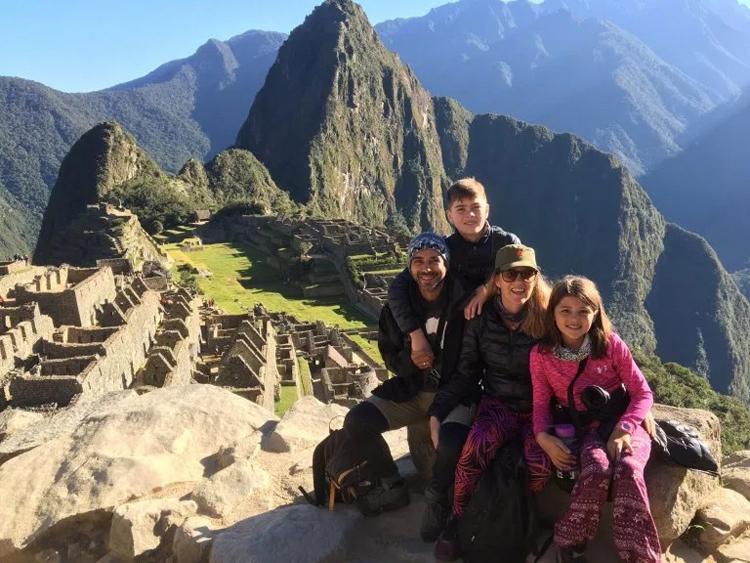 Gia đình Andre ở Machu Picchu, Peru tháng 6 năm 2019. Ảnh: Andre Baldeo /SWNS.COM.