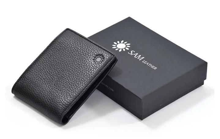 Ví da nam của Sam Leather làm từ chất liệu da bò cao cấp. Dạng ví ngang, thiết kế nhỏ gọn, tiện lợi.Nhiều ngăntiện dụng, dễ dàng mang theo những giấy tờ cần thiết.Đường chỉ may tỉ mỉ, chắc chắn. Kiểu dángphù hợp với hầu hếtlứatuổi. Giá gốc sản phẩm 649.000 đồng, giảm 42% trên Shop VnExpress còn 375.000 đồng.