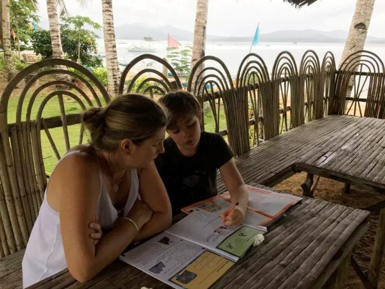 Becky dạy con trai học bài trong quá trình đi du lịch. Ảnh: Andre Baldeo /SWNS.COM.