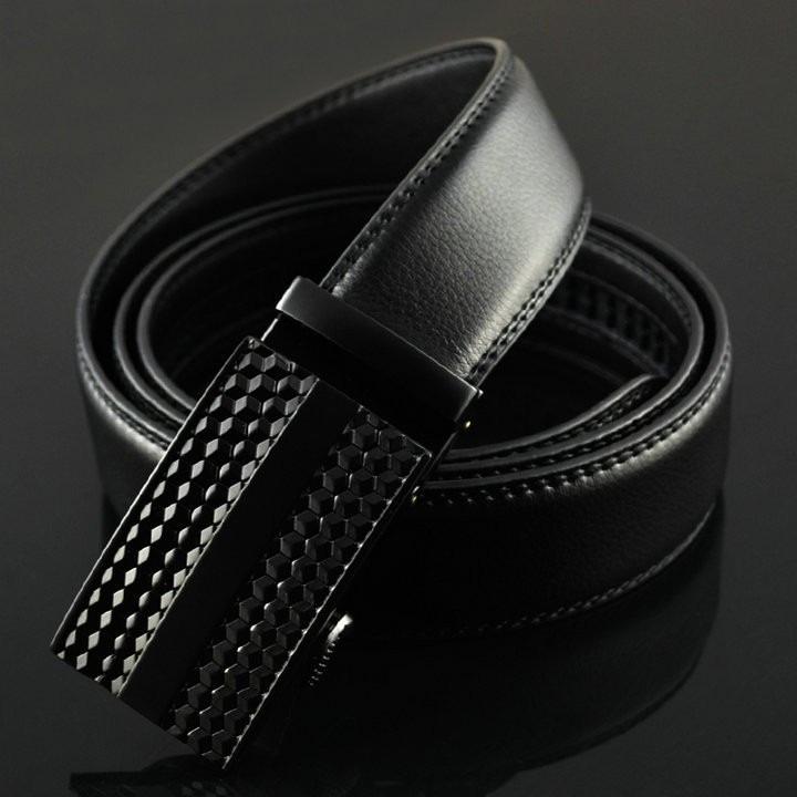 Thắt lưng nam Avaka AV123 màu đen giảm 50% trên Shop VnExpress, giá chỉ còn 99.000 đồng. Sản phẩm được làm từ chất liệu da cao cấp, mềm mại, êm khi sử dụng và bền chắc. Đường chỉ may tỉ mỉ, chắc chắn. Thiết kế khóa bằng kim loại chắc chắn, thanh lịch. Họa tiết khắc nổi tạo điểm nhấn, dễ phối với nhiều bộ trang phục khác nhau.